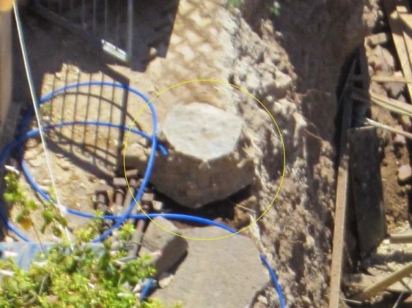موقع الحفرية حيث تظهر أعداد من الحجارة القديمة تمّ مؤخراً صب طبقة اسمنتية عليها